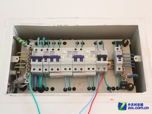 在电热水器旁边不会被水淋到的位置安装空气开关,作为电路的的总