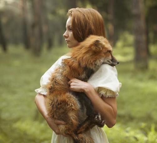 另类森林系写真 女孩与森林里的小动物-中关村在线