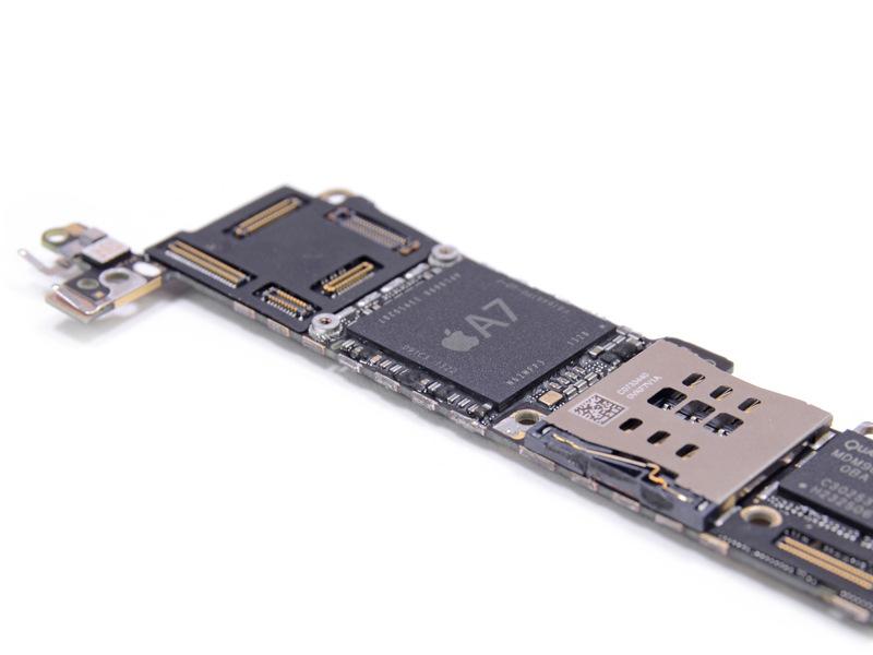 /slide/400/4002387_1.html apple.zol.com.cn true 中关村在线 http://apple.zol.com.cn/400/4002387.html report 946   iPhone 5S在外观上和iPhone 5差别不大,主要在硬件上进行了升级。国外著名拆解网站IFIXIT近日对金色版iphone5S进行拆解,内部做工精细,比上一代产品有多处改进。iPhone 5s使用的特制螺丝依然并不容易拆下,64GB金色iPhone 5s内部这块电池是由惠州市德赛锂电科