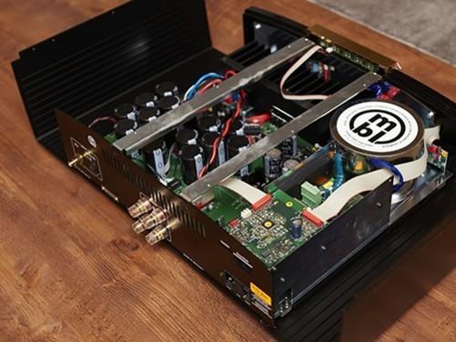 在内部电路元件的设计上,C11使用的是OP放大电路,音量调节控制则仍采用了mbl传统的可变电阻音量衰减工艺,目的在于为用户提更更加完美的聆听体验。背板的端口除了具备RCA和XLR的输出之外,输入端口还可另选购一组XLR或是Phono模组,输出端则设有可以接黑胶唱片的接地端口,以及MBL特殊的互连端口Smart link,供MBL自家产品间互相连接,可以说是一款功能非常强大的前级放大器。