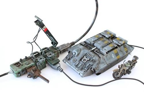 图中这个炮筒造型的玩意儿实际上是一个外置U盘,而另一个坦克模样的东西则是鼠标。