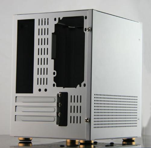现如今随着硬件技术的发展,PC硬件也有了向mini发展的趋势,消费者朋友也更喜欢组装小型的设备以便日常使用,今天为大家推荐一款出色的迷你小机箱--铝一佰D4,时尚清新的设计风格搭配超强金属质感,带来一股别样的风情,非常适合居家摆放与使用。