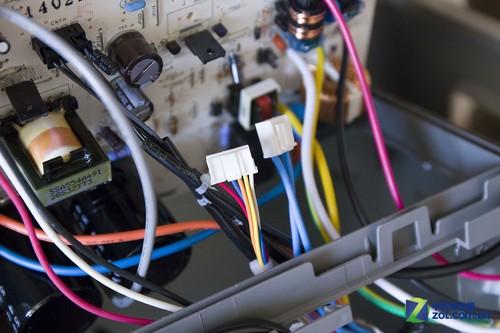 内侧电路板为白色pcb,这只是绝缘漆的颜色