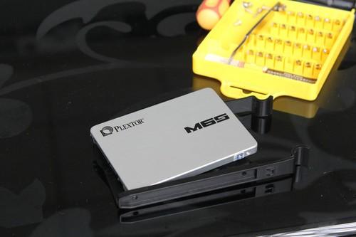 将浦科特M6S固态硬盘放置进去,注意接口向里。(走背线机箱,硬盘接口均在里面进行连接)