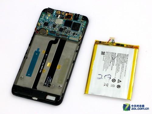 电池拆起来还是比较简单,把排线打开后,慢慢地掀开就行了,因为电池的底部是用胶粘住的。
