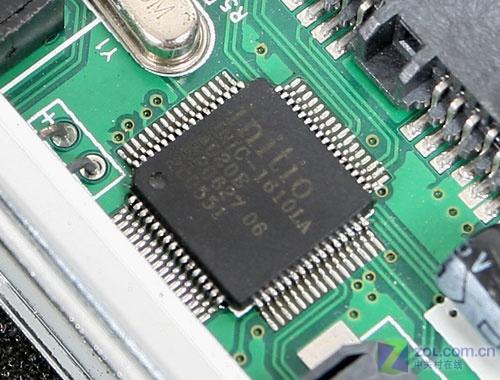打开移动硬盘盒,内部使用小型pcb电路板,电路板整体做工精良