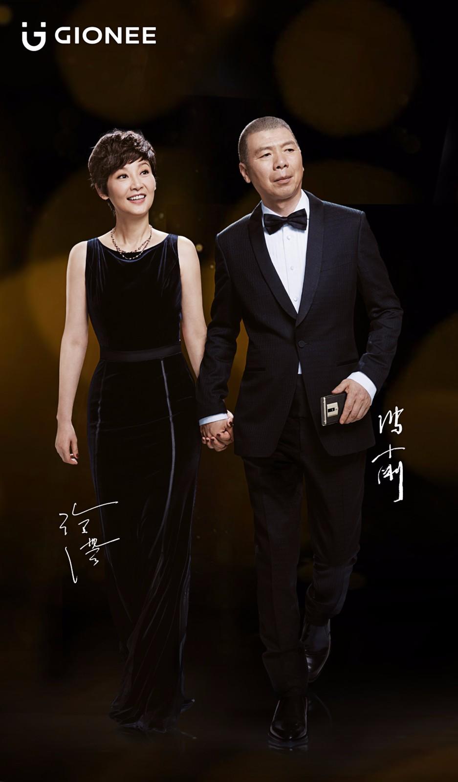 除了冯小刚,最近金立还把他的媳妇徐帆拉了上来,夫妻双双把金立代言。