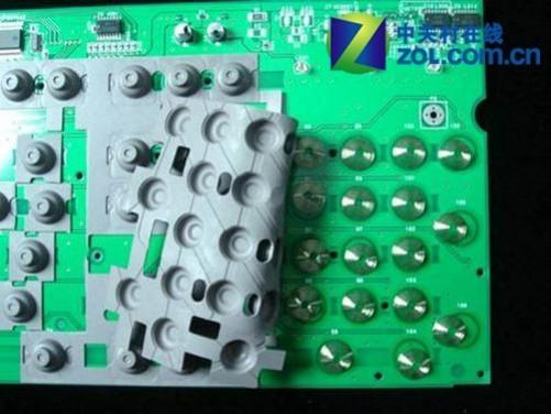 比如我们熟悉的罗技、微软、雷柏、双飞燕等键鼠厂商都是生产的薄膜键盘。以前还出现过一些带机械模组的薄膜键盘,仅取下键帽是看不出真实结构的,但如果打开键盘就会发现其内部有三片薄膜,最上面一片为正极电路,中间为间隔层,下面为负极电路。工作原理是通过敲击键帽下压机械模组,上方与下方的薄膜就能接触通电,完成导通,故依旧称为薄膜键盘。