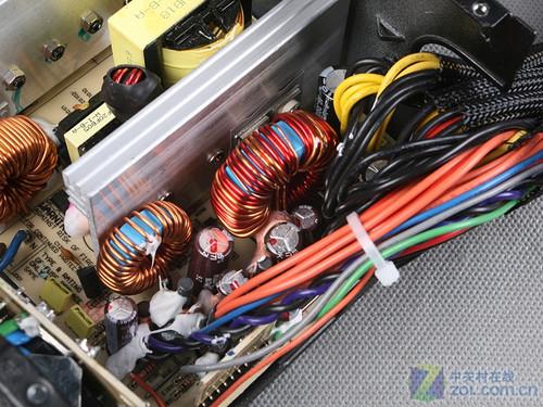 海韵s12Ⅱ620w的低压滤波电路配备了大量的日系电容,用料相当到位.