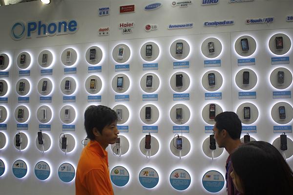 移动展示OPhone手机。