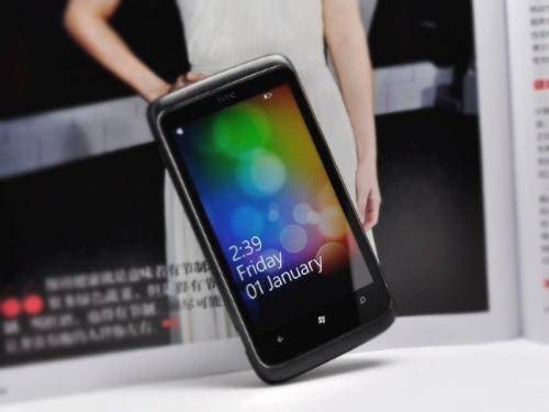 11月2日,中关村在线抢先评测了首批搭载微软Windows Phone 7系统的手机之一HTC Trophy。