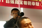 很多网友都有不逊于专业记者的嗅觉和设备。
