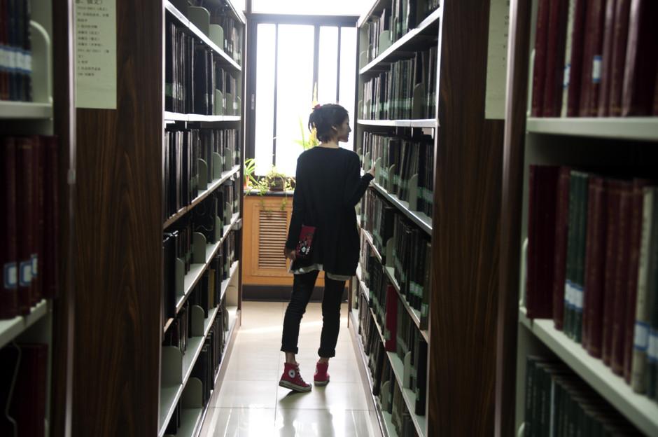 【图】图书馆偶遇学院派美女