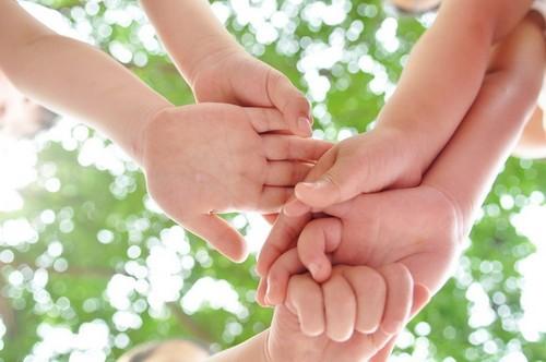 可爱小孩牵手图片