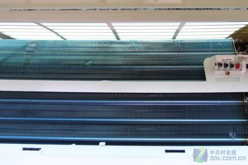 空调横评; 室内机散热片;; 这台美的空调的过滤网为白透明,我们还能
