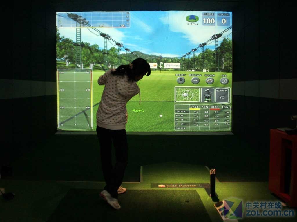 高尔夫球,是一项成功人士较为喜欢的体育竞技活动,目前,国内开始流行室内高尔夫影院。用户在家中就可搭建专属个人的高尔夫球场,用3D投影机实现虚拟的真实场景。这一应用方案为国内的成功人士提供了新的室内活动,足不出户也可锻炼身体,健身娱乐两不误。  器材配置包括:中央控制器、3D投影机、3D眼镜(与投影机配套)、特殊的投影幕布以及高尔夫球和球杆等,总价值约25万元左右。(作者:郭云珍 2011-09-26) 收起