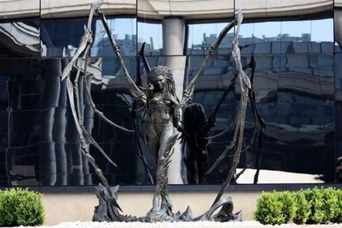 刀锋女王雕像-星际争霸2 刀锋女王入驻暴雪欧洲总部图片