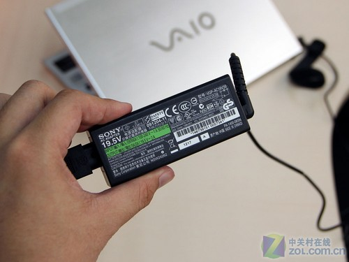 为了便携性,需要重新设计电源适配器,这点索尼也考虑到了。