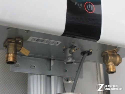 燃气热水器外部:出水口,燃气口,进水口图片