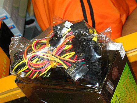 ondelay-indepen-金河田劲霸ATX-S428电源的接口全部使用黑色,二20+4pin的主接口