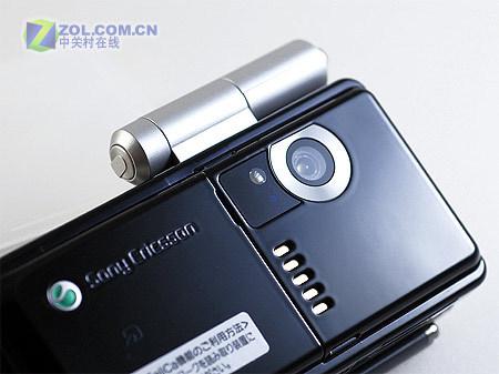 图为索尼爱立信公司的新款手机W44S -侧面 320万像素摄头 随机配件
